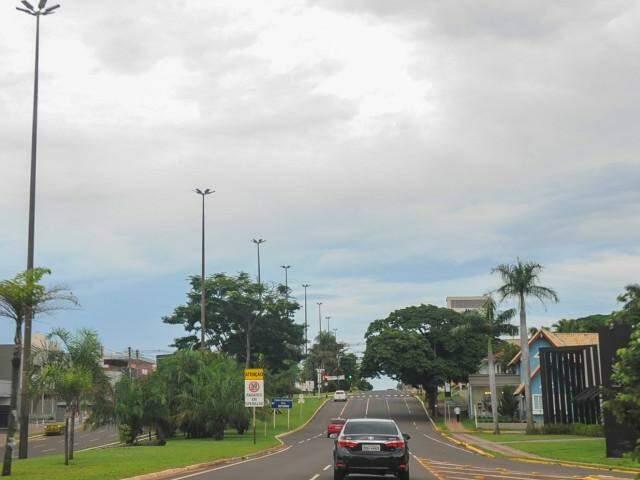 Céu de Campo Grande amanheceu nublado e previsão é de mais chuva no decorrer do dia (Foto: Paulo Francis)