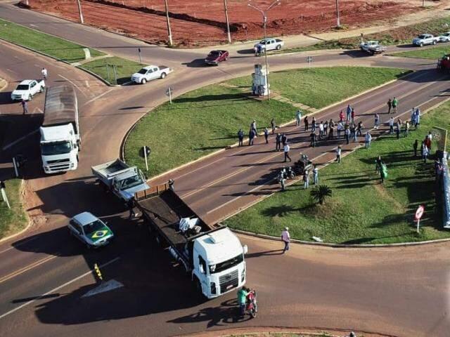 Comerciantes paralisaram o trânsito na BR-262 em frente ao acesso principal ao município (Foto: Info Ribas)