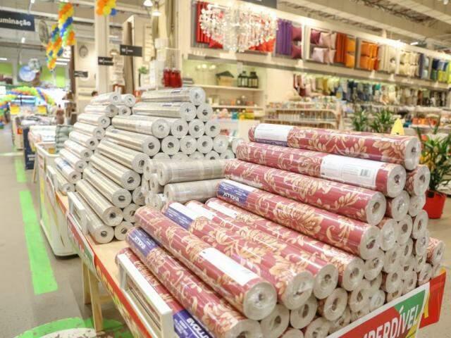 Rolos de papel de parede, para transformar ambientes sem quebra quebra. (Foto: Marcos Maluf)