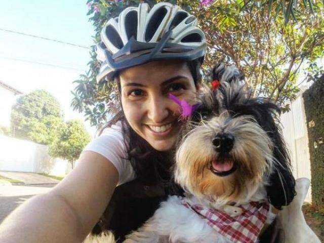 Lóia com a dona, Aline, num dia de passeio de bike. (Fotos: Arquivo Pessoal)