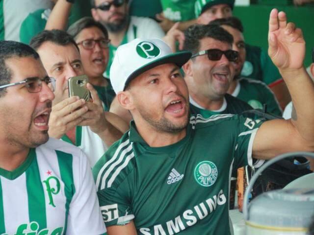 Torcedor acompanha jogo do Palmeiras na subsede de organizada (Foto: Marcos Ermínio)