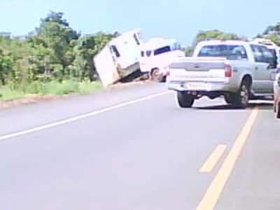Carreta saiu da pista e tumultou trânsito próximo a Anhanduí