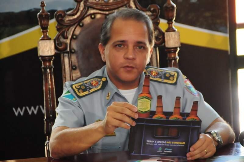 Coronel mostra peças publicitárias que serão distribuídos no carnaval em todo Estado. (Foto:Rodrigo Pazinato)