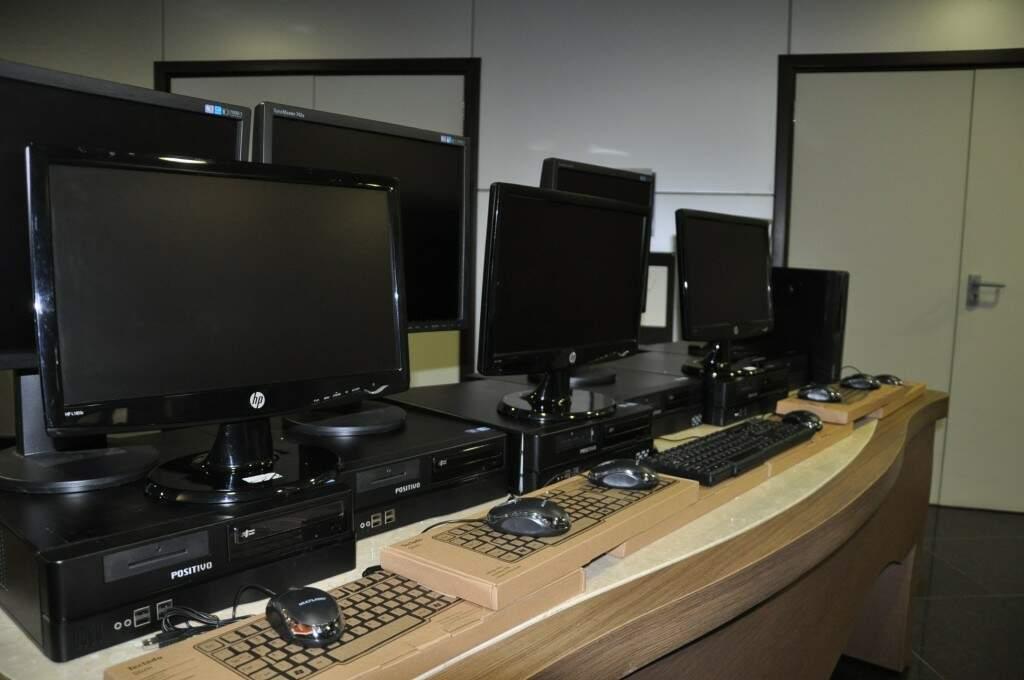 Monitores que serão doados para as escolas. (Foto: Divulgação)