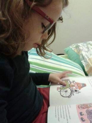 No arquivo pessoal de fotos da família é difícil não encontrá-la com um gibi ou folheando um livro.
