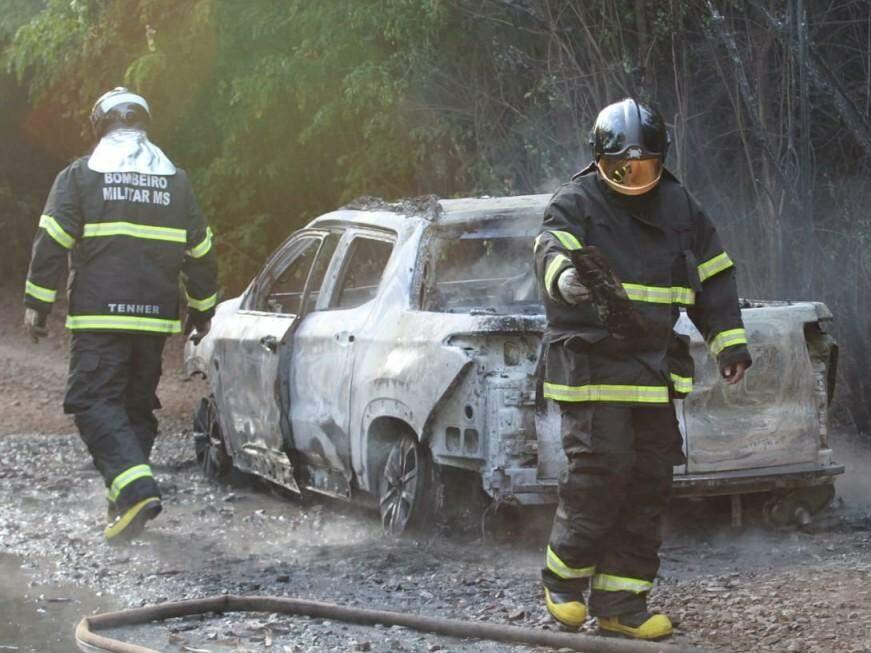 Picape Fiat Toro de cor vermelha foi destruída pelo fogo ateado por homens que ainda não foram identificados (Foto: Saul Schramm)