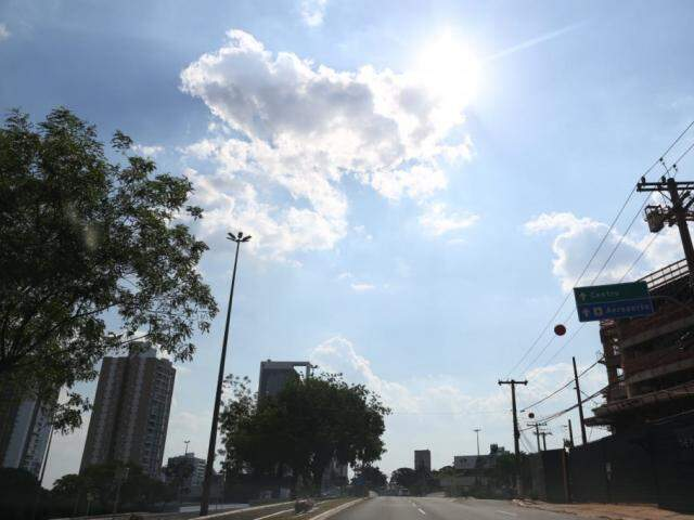 Sol aparece entre poucas nuvens na região central de Campo Grande (Foto: Paulo Francis)