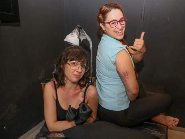 Cris e sua fisioterapeuta, Catiuscia, agora também cliente de tatuagem. (Foto: Paulo Francis)