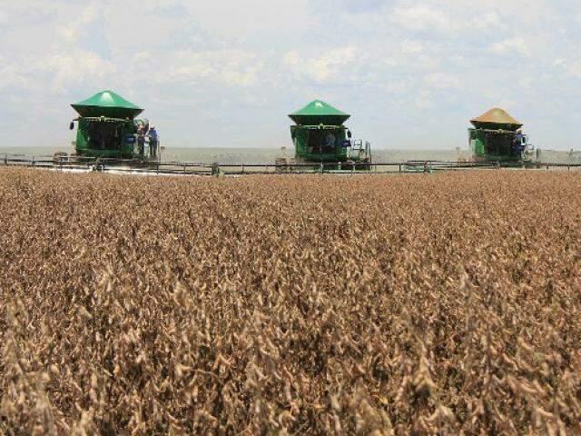 Colheita de soja no interior do Estado, onde 12 municípios se projetam entre os maiores crescimentos econômicos do país graças ao agronegócio. (Foto: Subcom/Divulgação)