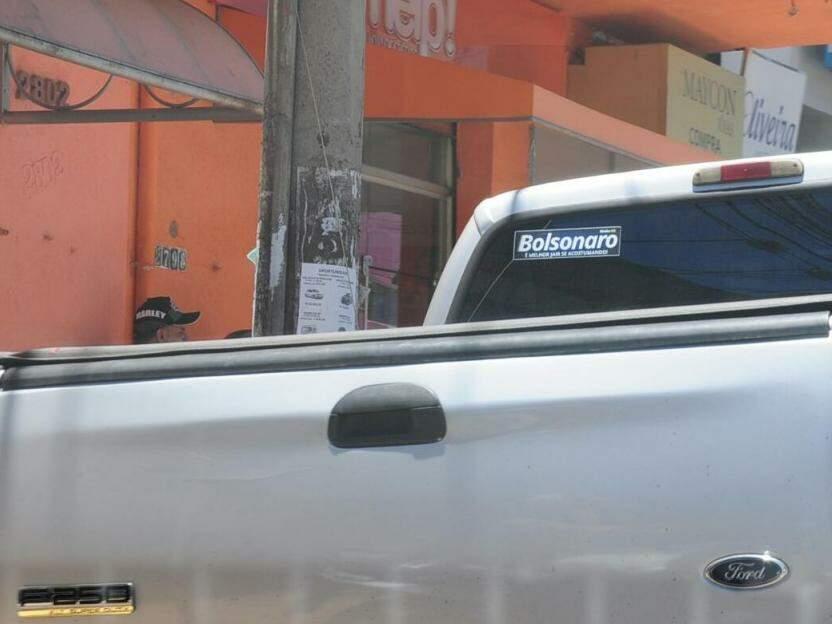 """Mais um adesivo de Bolsonaro; este diz: """"é bom jair se acostumando"""". (Foto: Paulo Francis)"""