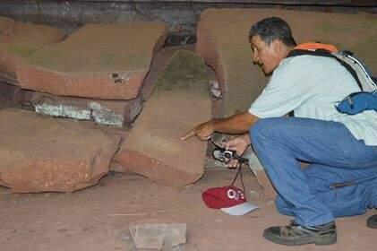 Dono da chácara e guai principal. Jamil mostra gravuras no sítio. (Foto: Paula Maciulevicius)