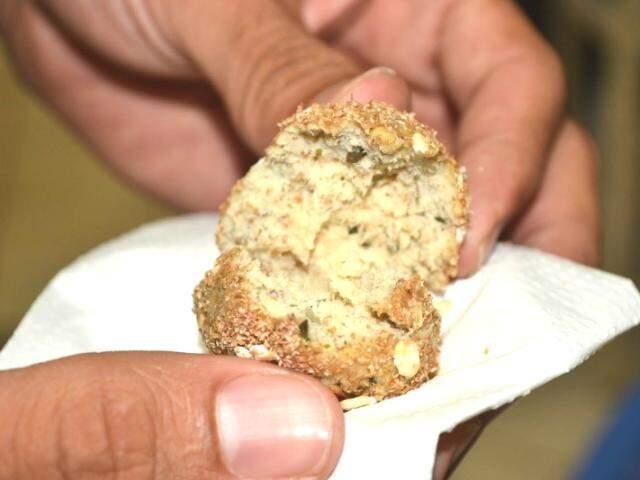 Mistura de ingredientes deixa salgadinho mais seco, mas sem grandes alterações no sabor. (Foto: Paulo Francis)
