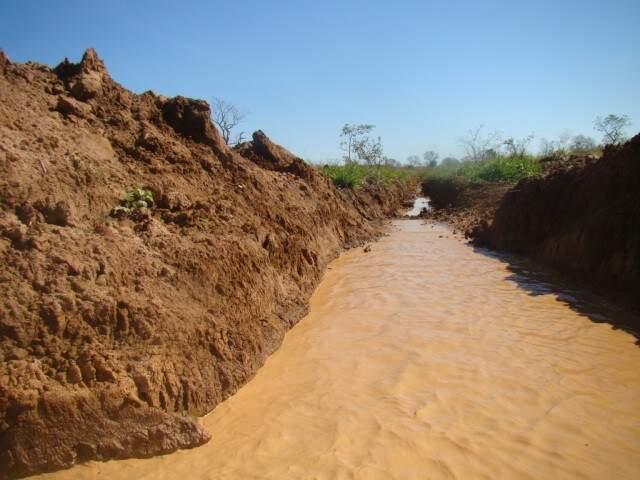 A PMA determinou que sejam feitas intervenções para que o curso d'água seja normalizado e volte seu curso natural imediatamente. (Foto: Divulgação PMA)