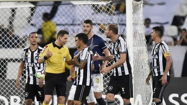 Jogadores do Botafogo reclamam de gol anulado contra Santos (Foto: André Durão)