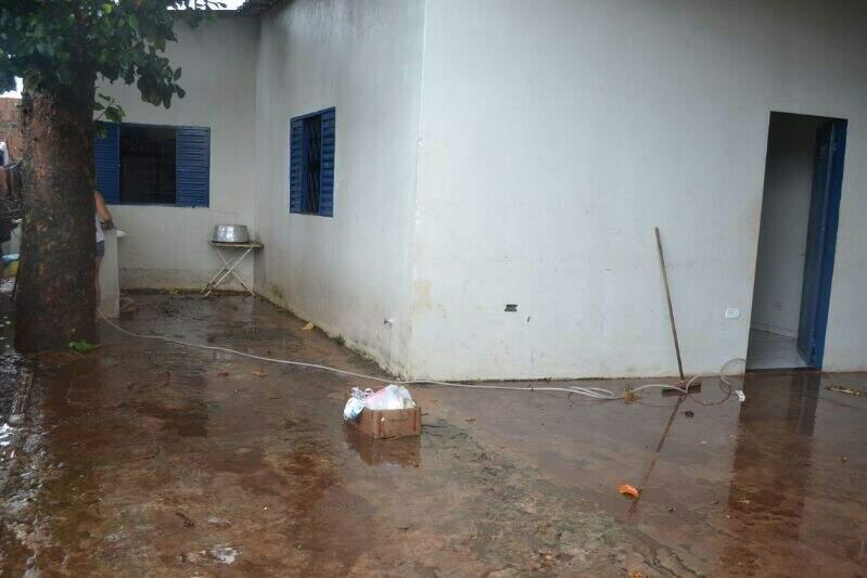 Casa foi invadida pela água no Bairro Taquarussu (Foto: Filipe Prado)