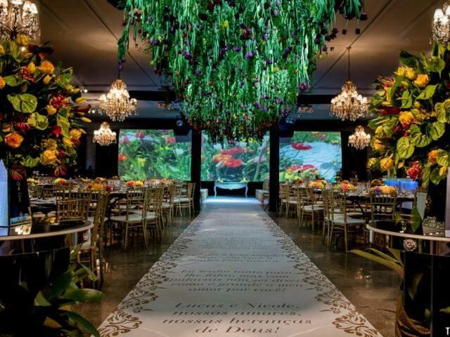 Decoração surpreendeu pela quantidade de flores, além do tapete com mensagens especiais para os filhos do casal. (Foto: Top Studio Fotografias)
