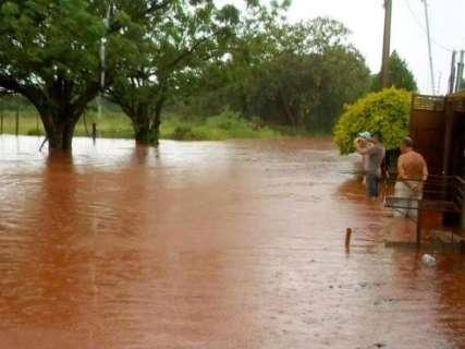 Chuva rápida alaga ruas e invade residências em bairros da Capital