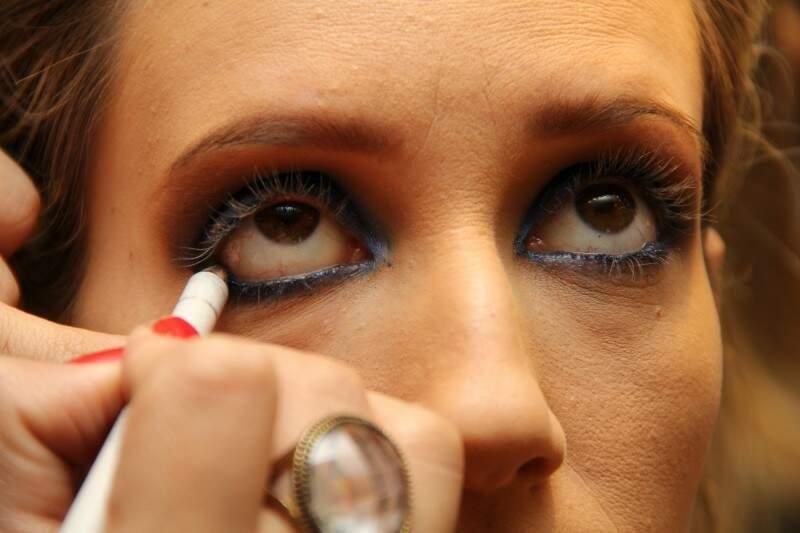 7: em duas camadas, passe primeiro o lápis azul na parte debaixo do olho e depois o lápis preto. Ele vai realçar o olho sem deixar a make tão carregada.