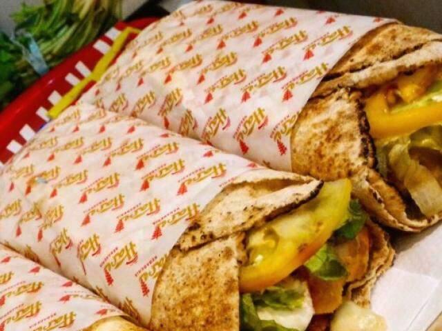 Kebab, ou sanduíche turco, é preparado com carne assada no espeto (Foto: Arquivo Hare Kebaberia)