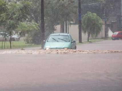 Em poucos minutos, chuva forte alaga ruas na região do Tiradentes