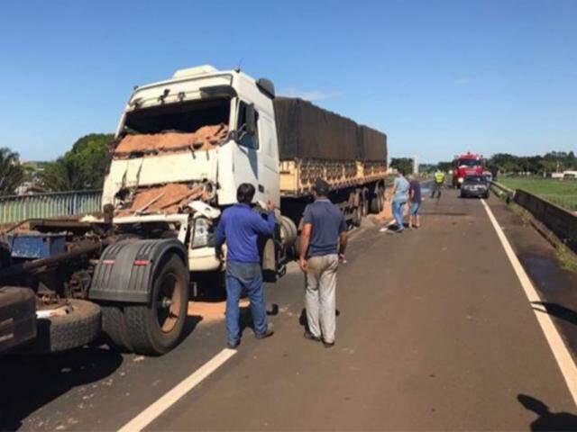 Caminhão com areia colidiu no que levava adubo; condutor de Saveiro tentou evitar colisão, mas acabou atingido por Gol. (Foto: Costa Leste News)