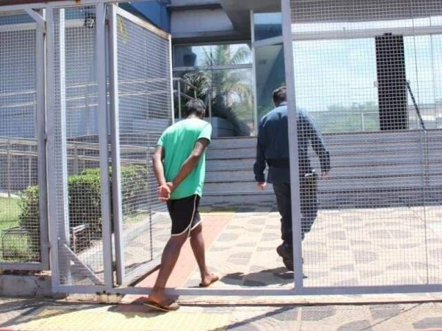 Preso em local de votação após bebedeira chegando à sede da PF em Campo Grande (Foto: Kísie Ainoã)