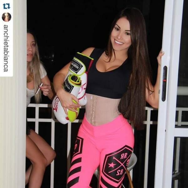 Bianca Anchieta já postou várias fotos com a cinta em seu Instagram (Foto: Divulgação / Instagram Bianca Anchieta)