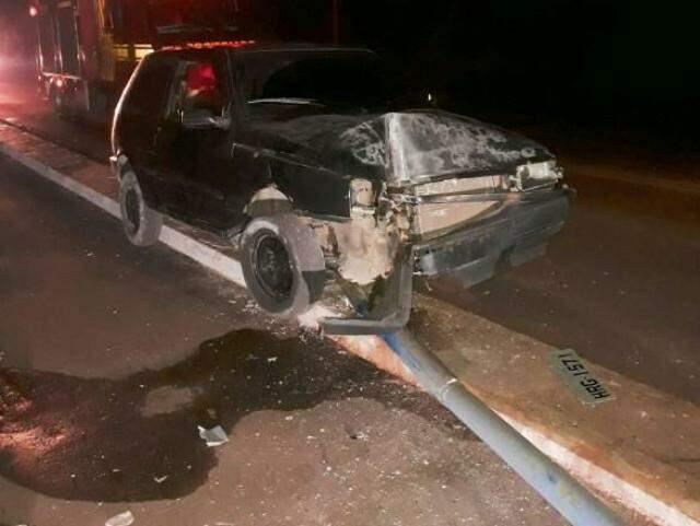 O carro e o poste ficaram destruídos (Foto: Direto das Ruas)