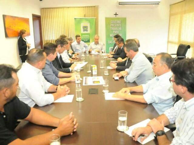 Reinaldo e representantes do setor produtivo discutem efeitos da greve dos caminhoneiros. (Foto: Paulo Francis)