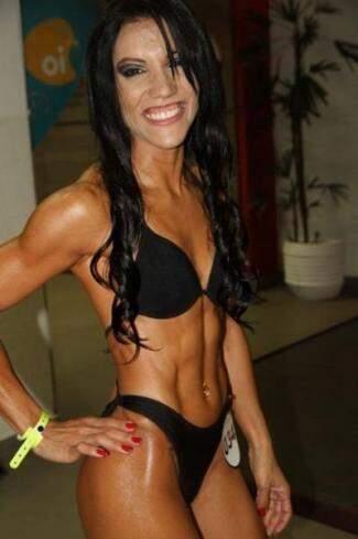 Ana Paula em competição de junho, com 94cm de glúteo e 58 cm de perna. (Foto: Arquivo Pessoal)