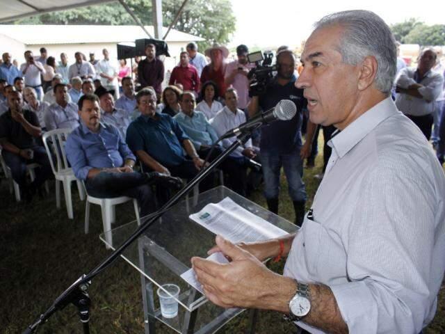 Governador Reinaldo Azambuja (PSDB) vai continuar entrega de maquinários em Aquidauana e Três Lagoas (Foto: Chico Ribeiro - Assessoria)