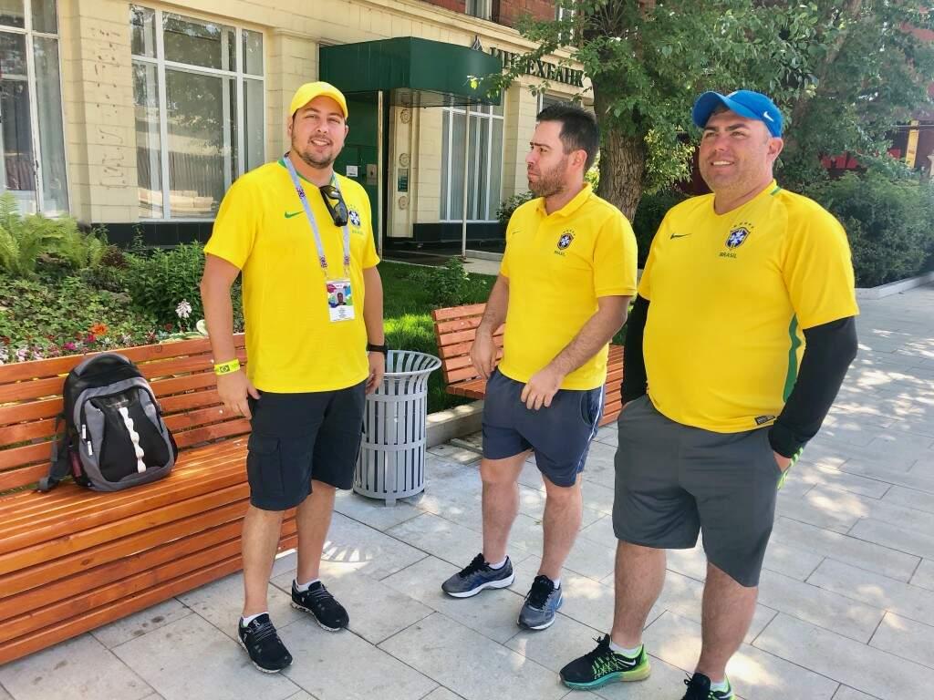 Prontos para torcer pelo Brasil, Mário Grassi, de Três Lagoas, com dois dos parceiros paulistas que vieram para a Copa do Mundo na Rússia (Foto: Paulo Nonato de Souza)
