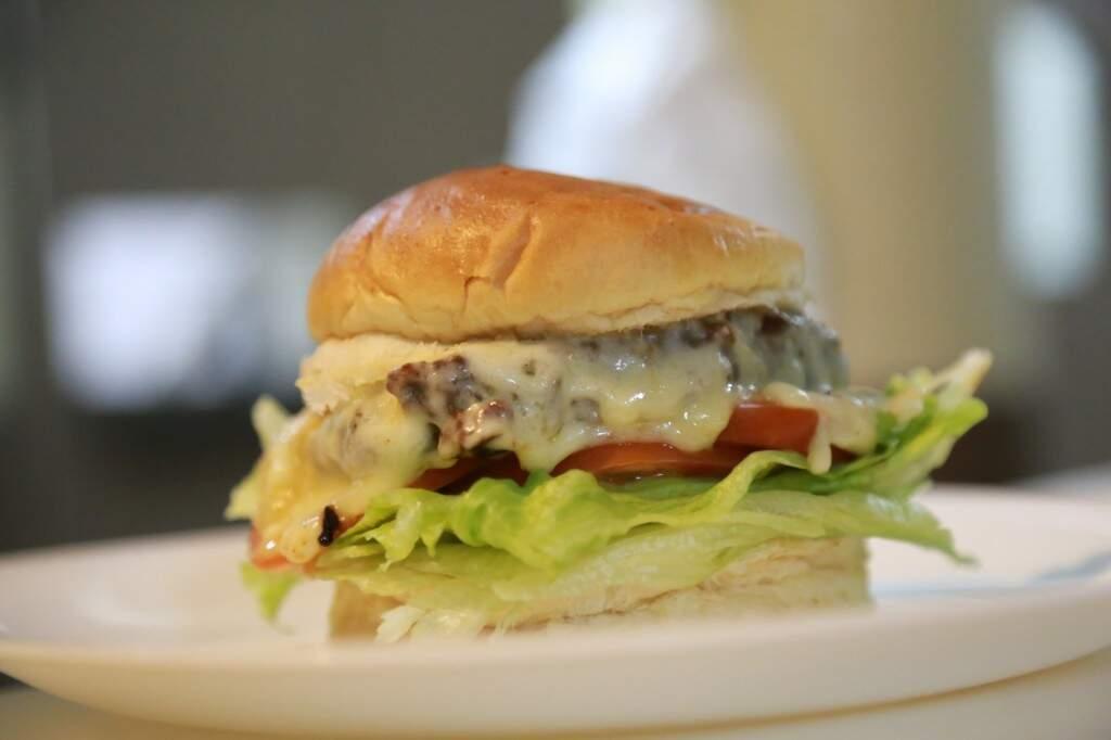 Além de pratos mais sofisticados, bistrõ serve até hambúrguer. (Foto: Alcides Neto)