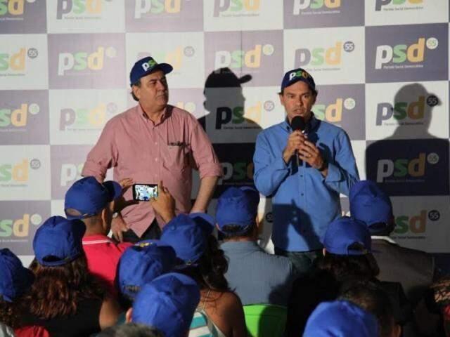Prefeito Marquinhos Trad discursa ao lado do presidente regional do PSD, Antônio Lacerda. (Foto: Divulgação/Arquivo).