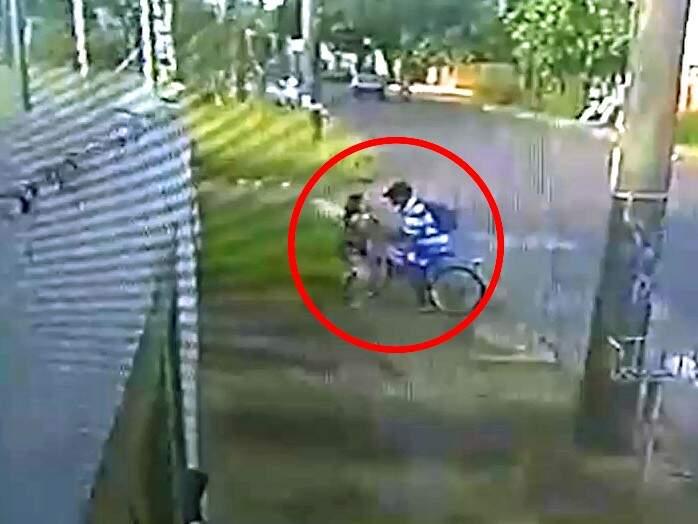 Mulher tentou reagir ao roubo, esta tarde (22), mas teve sua bolsa levada pelo bandido. (Foto: Direto das Ruas)