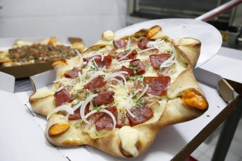 Entre as clássicas, pizza de calabresa com borda vulcânica. (Foto: Gerson Walber)