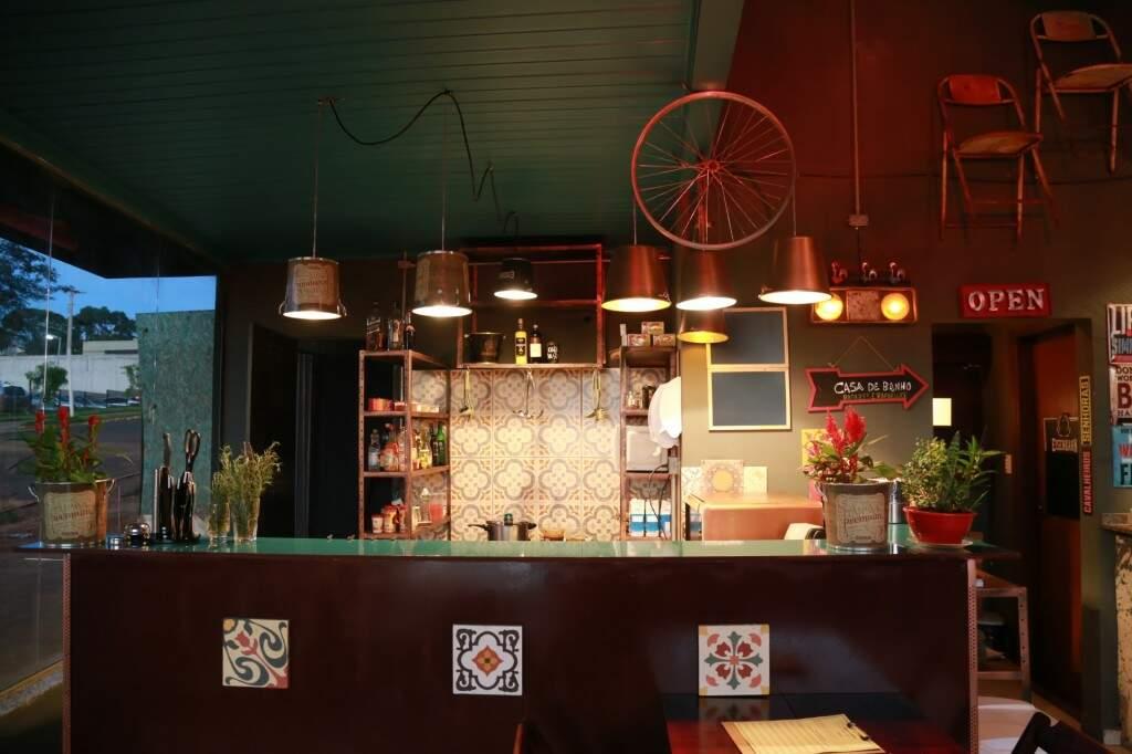 Lugar é pequeno, mas ficou super aconchegante e com decoração despojada. (Foto: Alcides Neto)