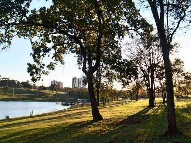Dia amanhecendo no Parque das Nações Indígenas, cartão postal da Capital. A previsão para hoje é de muito calor no decorrer do dia (Foto: Kleber Clajus)
