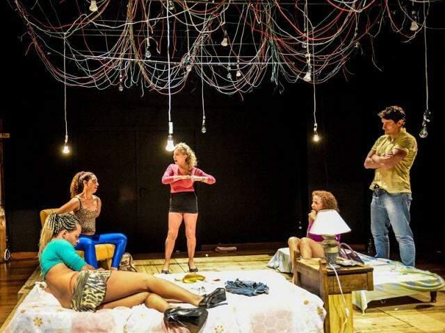 """O grupo de Brasília """"Sutil Ato"""" dividiu em dois atos, cinco das mais emblemáticas histórias de Plínio Marcos. (Foto: Layza Vasconcelos)"""