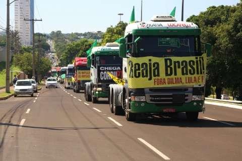 Carreata pró-impeachment ganha adesão espontânea e apoio nas ruas