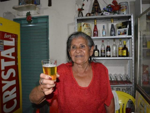 Com dona Vitorina Rebelo Ferreira é assim, copo na mão e sorriso no rosto (Foto: Alana Portela)