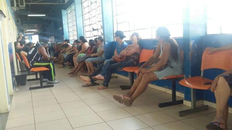 Imagem registrada por leitor mostra sala de espera lotada no posto de saúde do Nova Bahia. (Foto: Reprodução/WhatsApp)