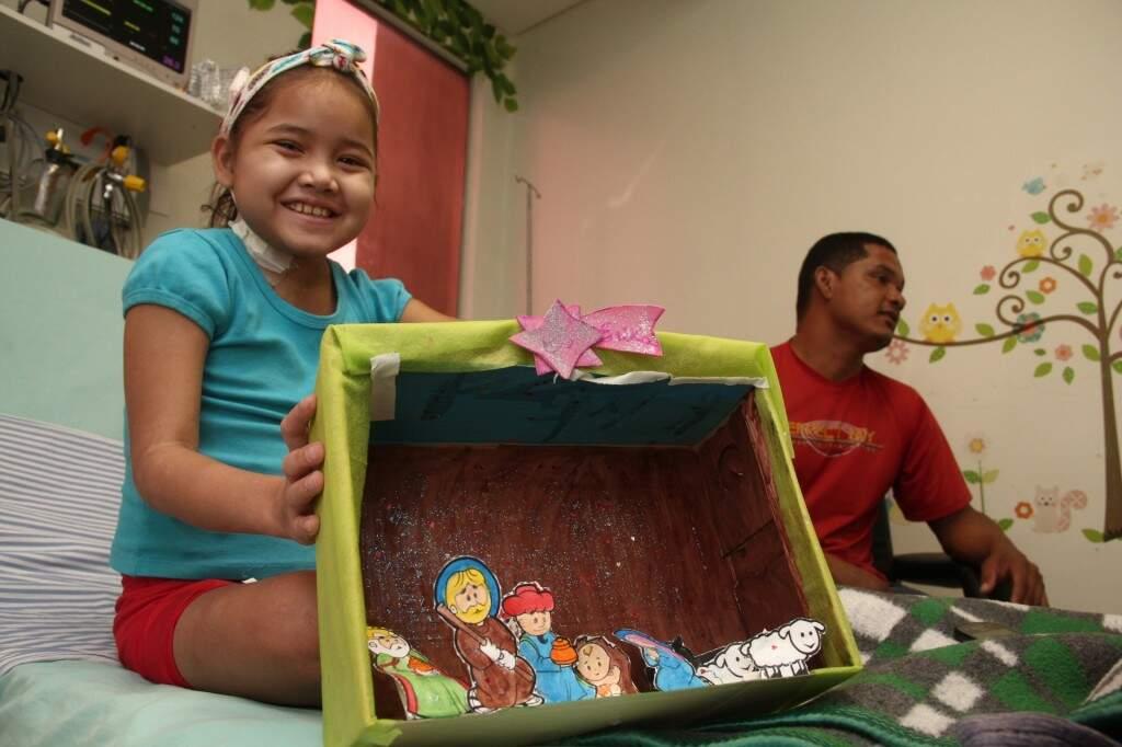 No CTI, Erika se dedica a colorir caixas de sapato para fazer presépios. (Foto: Marcos Ermínio)