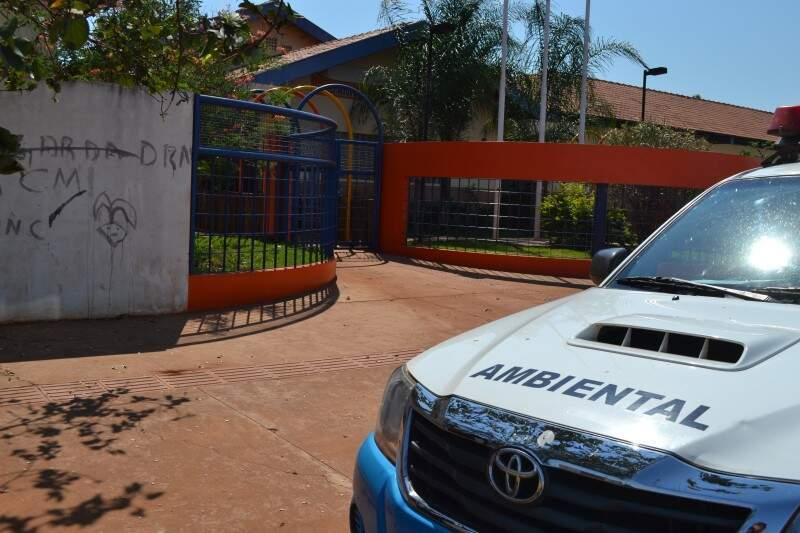 Dois policiais esteve nesta manhã na escola apreendo documentação referente ao contrato com a empresa de dedetização. (Foto: Pedro Peralta)