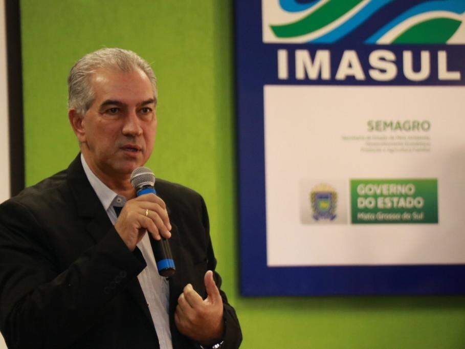 Reinaldo Azambuja durante discurso em agenda no Imasul (Foto: Henrique Kawaminami)