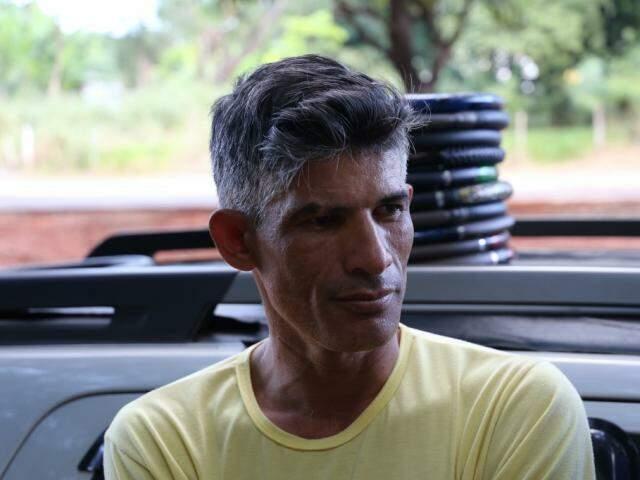 Vendedor de água de coco, João Batista, de 42 anos, arrisca dizer que a falta de tempo para ver as coisas simples da vida é culpa das próprias pessoas, (Foto: Paulo Francis)