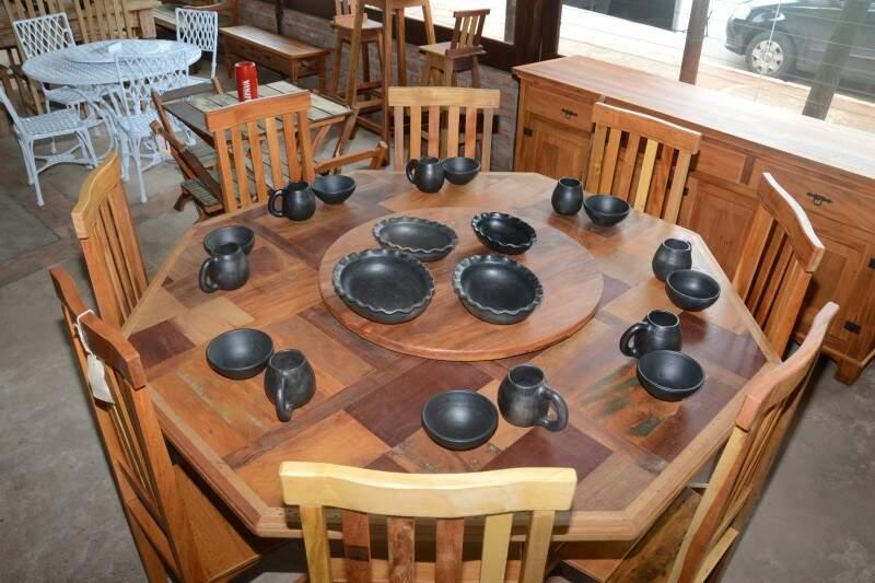 Mesa completa, com 8 cadeiras. Peças de barro também são vendidas na Casarão.