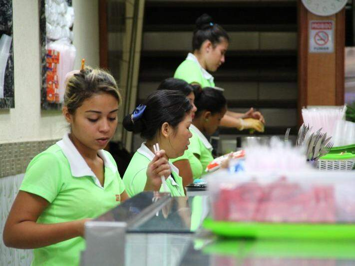 Funcionárias de uma lanchonete do Centro (Foto: Marcos Ermínio/Arquivo)
