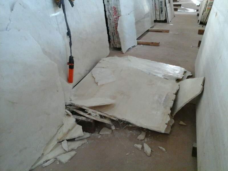 Funcionário foi atingido por bloco de mármore. (Foto: Repórter News)