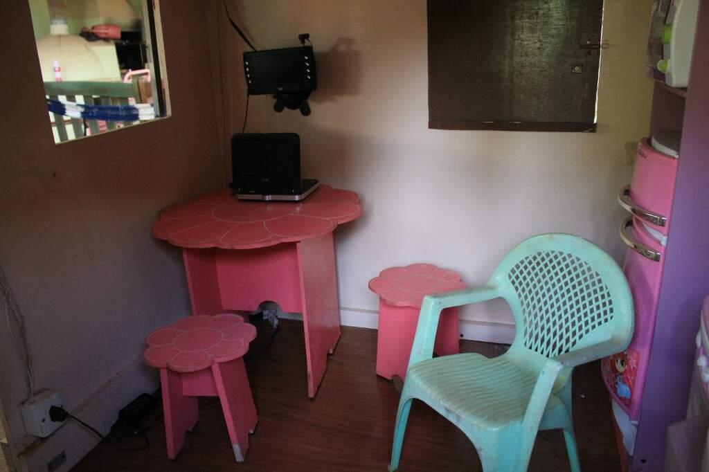 Casa tem móveis de brinquedo e televisão e DVD de verdade (Marina Pacheco)